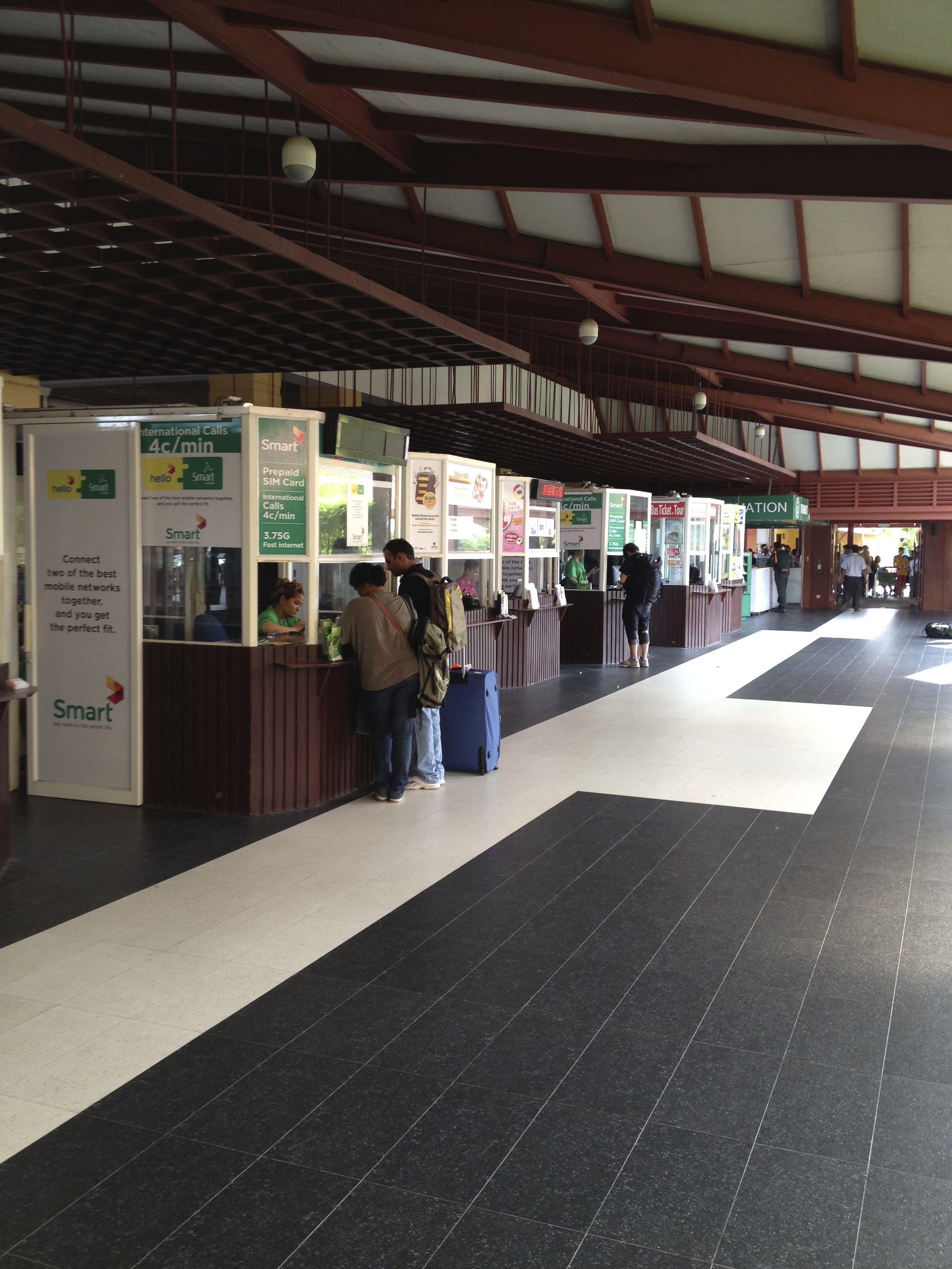 空港前のSIMカード売り場